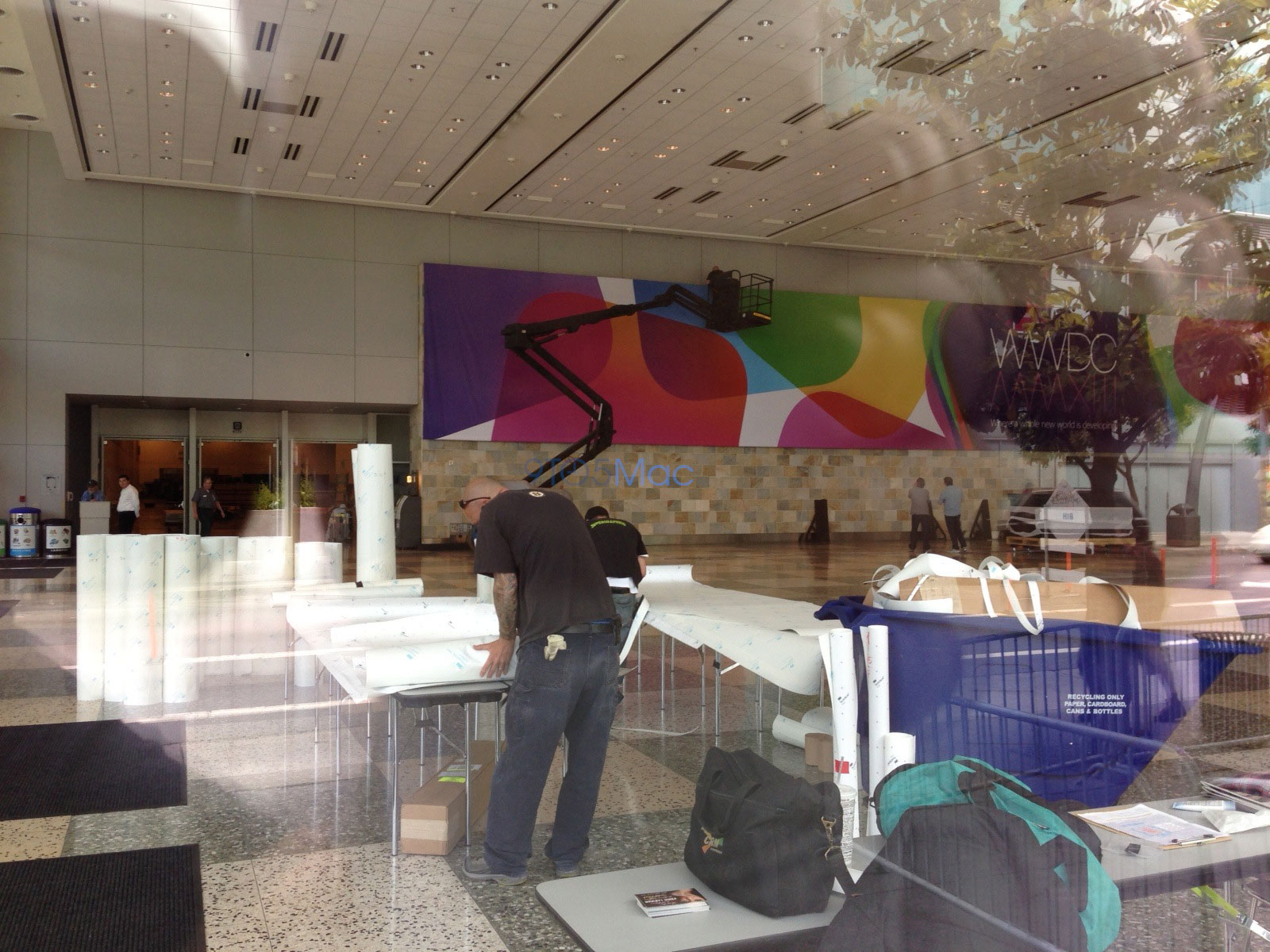 apple-starts-decorating-moscone-west-with-wwdc-2013-banners-2