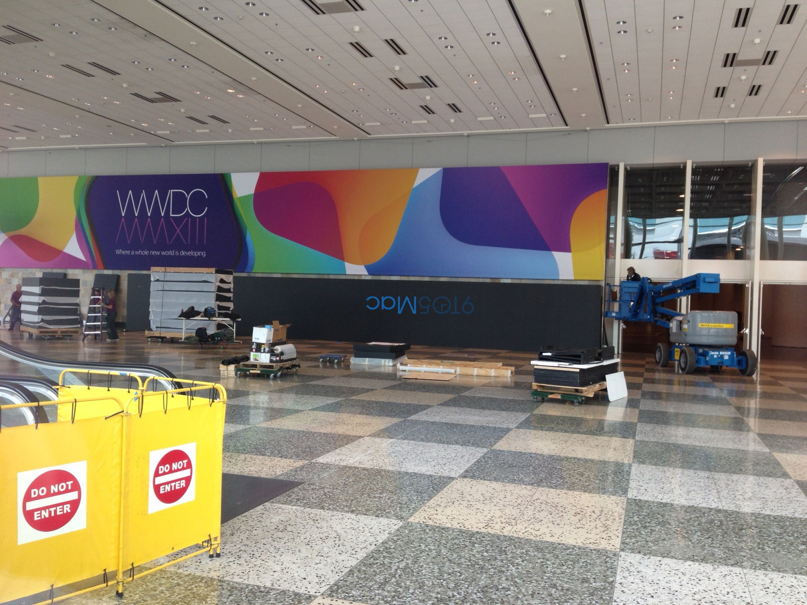 apple-starts-decorating-moscone-west-with-wwdc-2013-banners-4