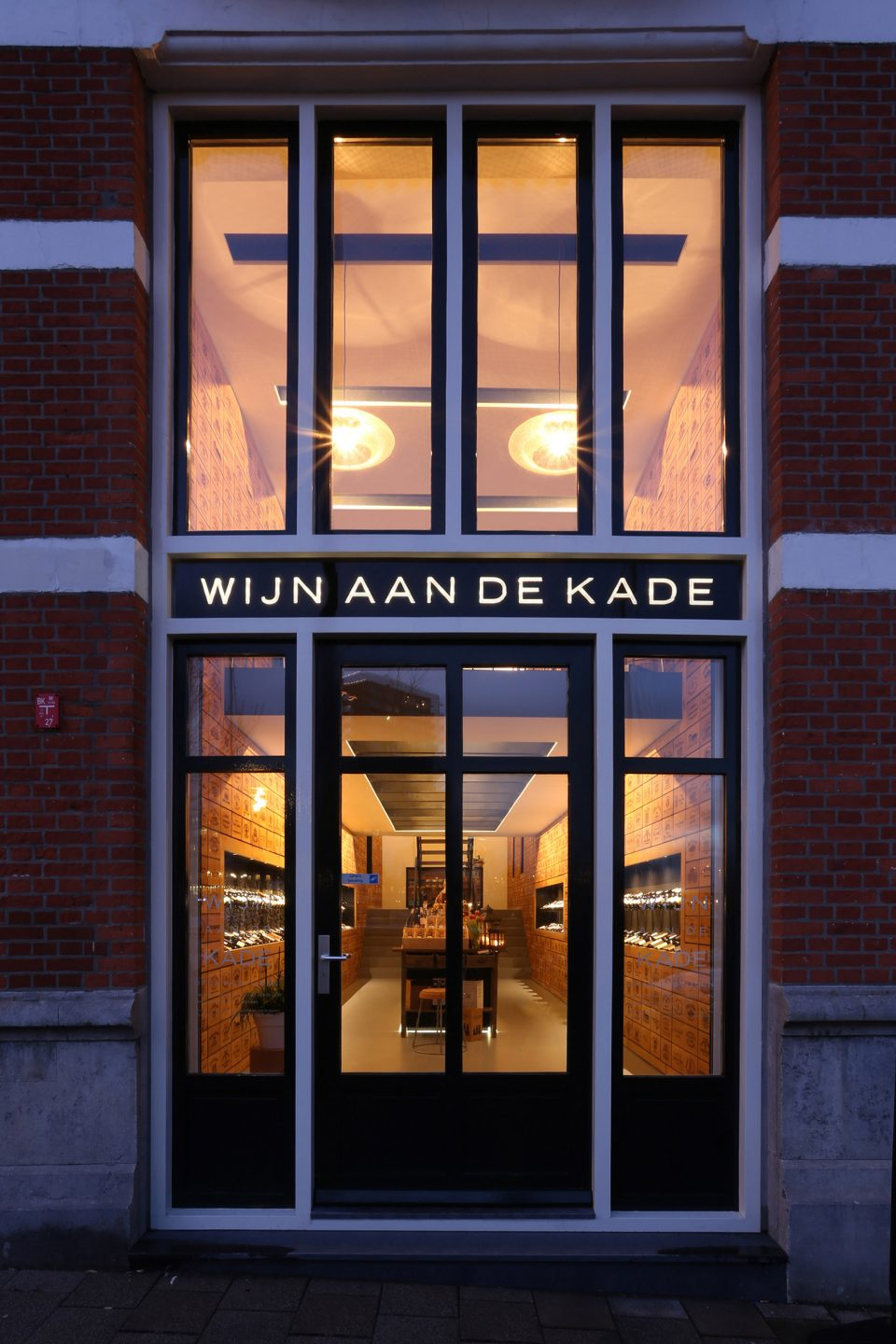 001-Wineshop-Clad-with-2100-Engraved-Oak-Panels-960x1440