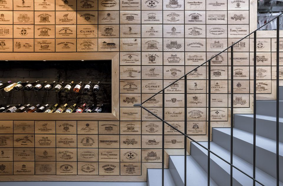 010-Wineshop-Clad-with-2100-Engraved-Oak-Panels-960x633