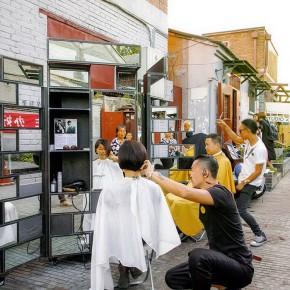 北京胡同再现街头剪发,这是新纪元要开始了吗?