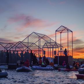 3000人在湖面上漂了一夜,原因竟是……