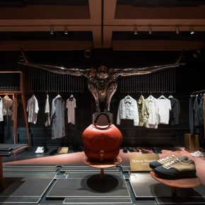 """在这家买手店挑选衣服,会不会被模特和雕塑""""盯""""到发毛"""