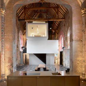 为了与神灵对话,他们把办公室藏在17世纪的废旧教堂里!