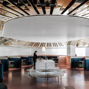 这家酒吧在机场休息室用LED和镜子雕刻天空