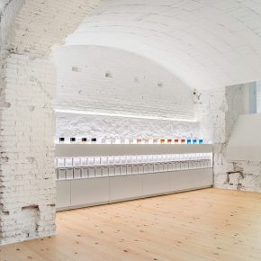 """巴塞罗那的地下开了家""""洞穴""""般的纯白香水店"""